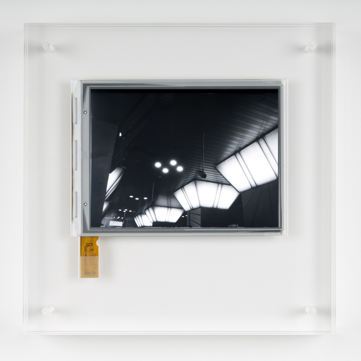 Antony Cairns, E.I. OSC16, 2016. E-ink screen encapsulated in Perspex frame, 10.1 x 12.9 cm (20 x 20 cm with frame), unique. © Ollie Hammick
